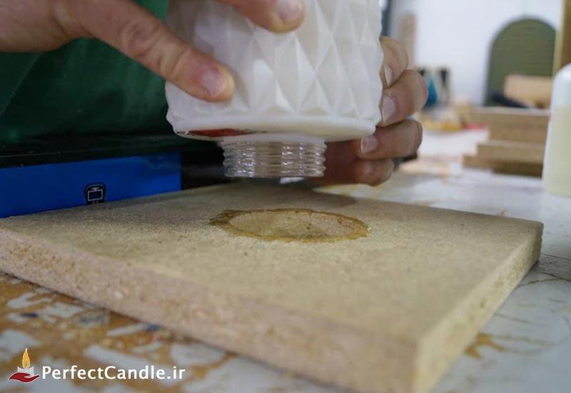 قرار دادن انتهای قالب شیشه ای روی سوراخ
