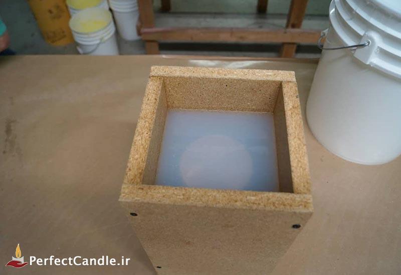 اتمام ریختن پلاستیک به درون قالب چوبی