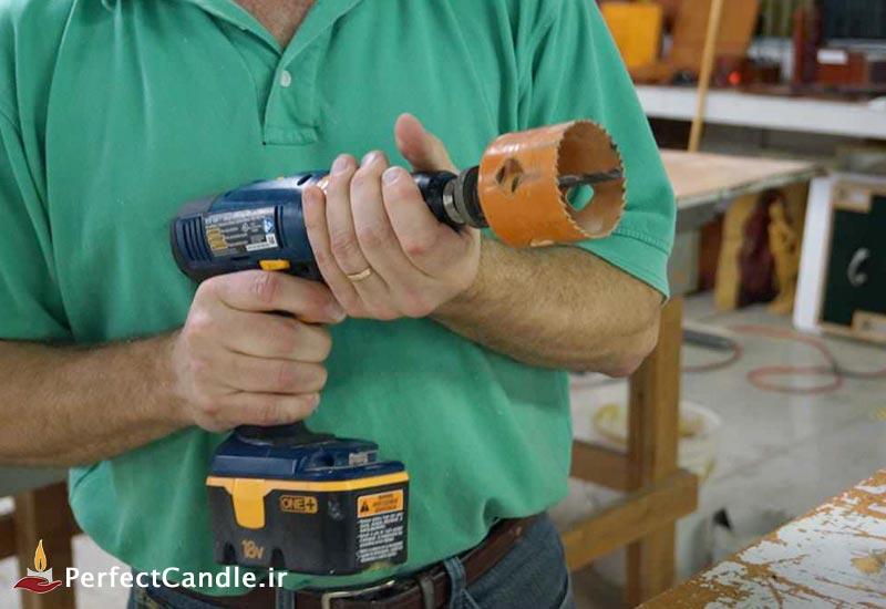 آماده کردن دریل برای ایجاد سوراخ رو تکه های چوب