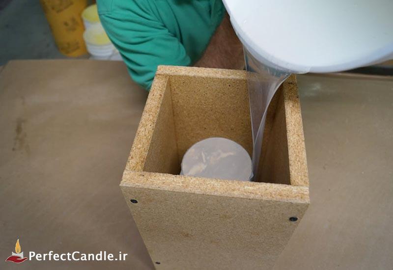 ریختن پلاستیک به درون قالب چوبی